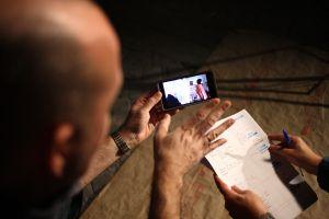 Charlando sobre una de las escenas tomadas el día del ensayo. (Fotografía de Patrici Pérez).