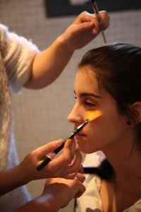 Preparando a Carla para su intervención. (Foto de Patrici Pérez).